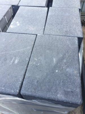 van den Broek product categorie Tegels beton 20x30x6 Maanzwart Restpartij ± 10,8 m²